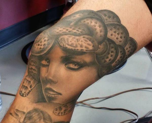 Realistisch Medusa Tattoo am Kniescheibe