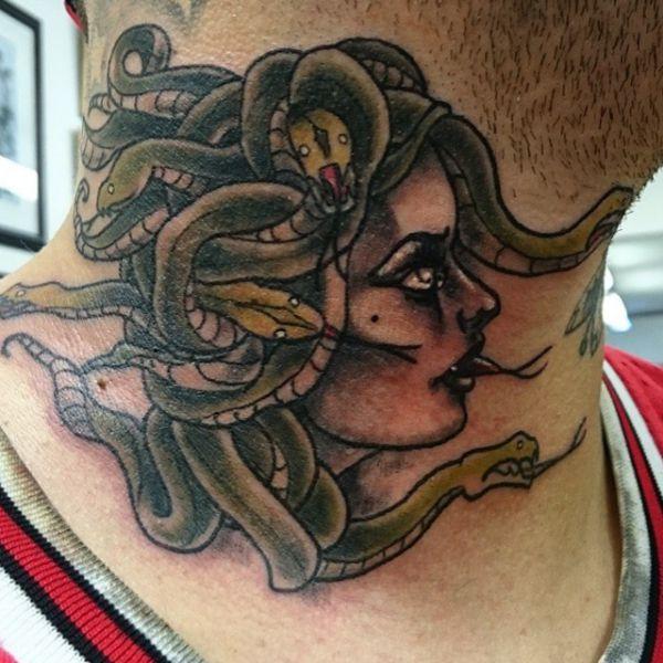 Medusa Tattoo um den Hals der Männer