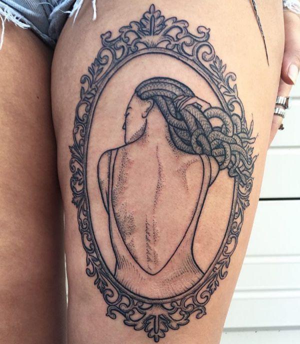 Rahmen Medusa Tattoo Design am Oberschenkel