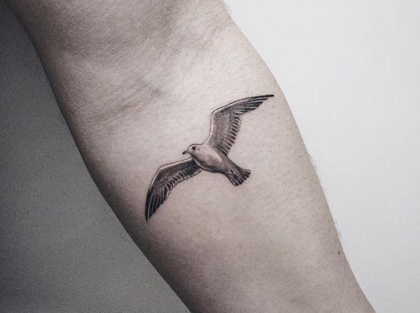 Kleine Vogel am Oberarm