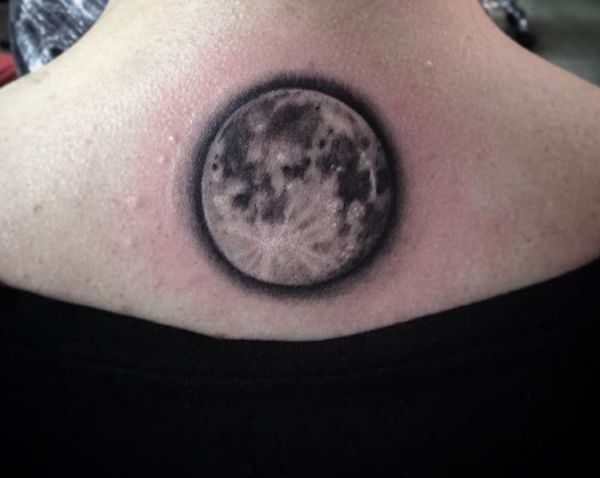 Vollmond Tattoo Design im Nacken