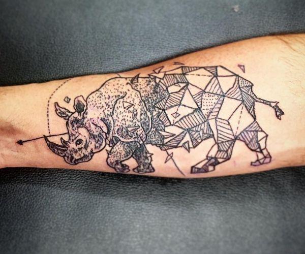 Abstract Nashörner Tattoo am Unterarm