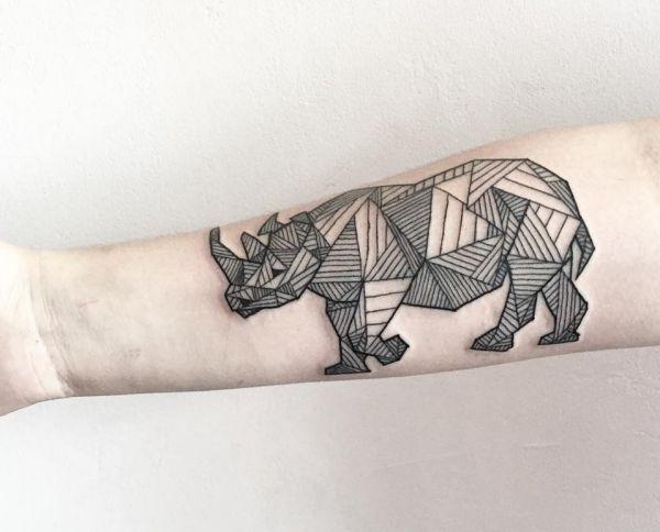 Geometrisch Nashorn Tattoo Design am Unterarm