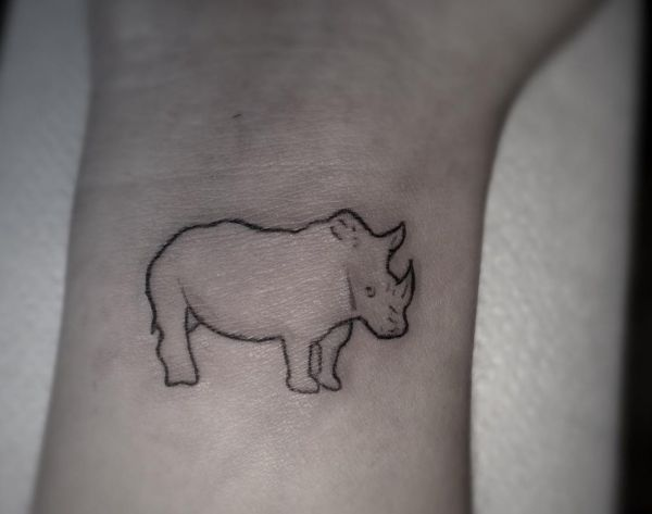 Kleiner Nashorn Tattoo Design am Handgelenk