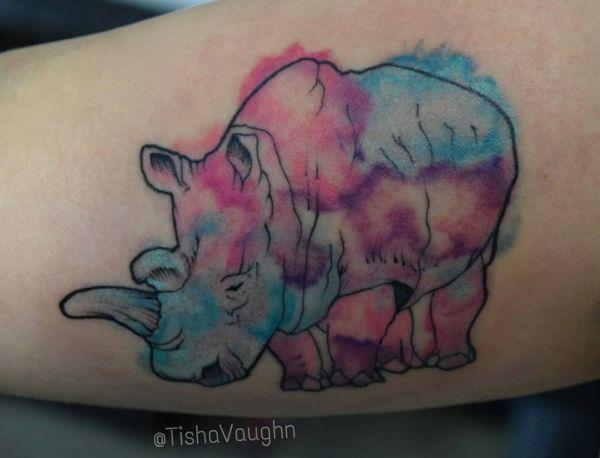 Aquarell Nashorn Tattoo Design am Oberarm