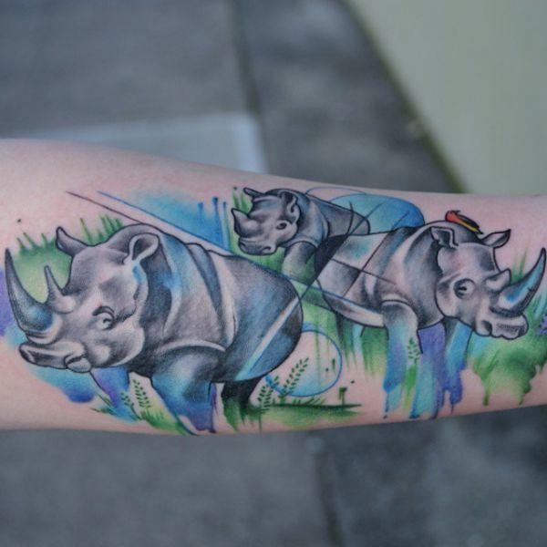 Wasserfarben Nashorn Tattoo Design auf dem Arm