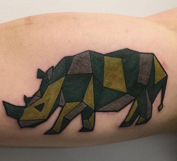 Bunte Geometrisch Nashörner Tattoo am Oberarm