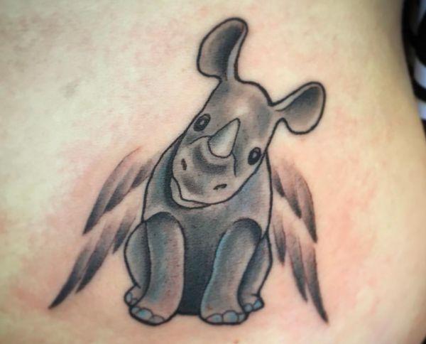 Baby-Nashörner Tattoo mit Flügeln Design am Bauch für Frauen