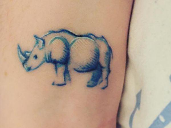 Kleiner Nashörner Tattoo am Knöchel