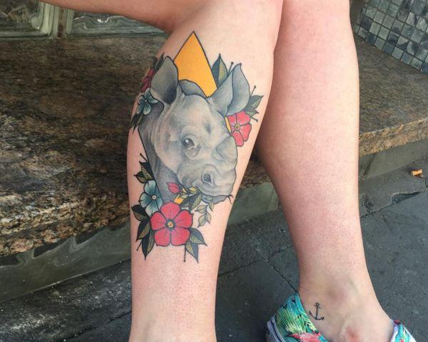 Nashorn mit Blumen Design am Unterschenkel