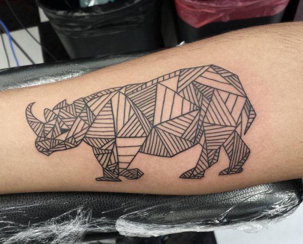 Geometrisch Nashorn Design am Unterarm