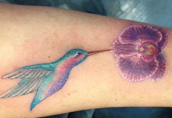 Kolibri mit Orchidee Design am Unterarm