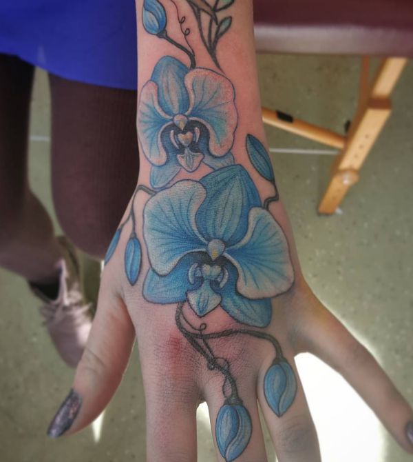 Lila Orchidee Tattoo auf der Hand für Frauen