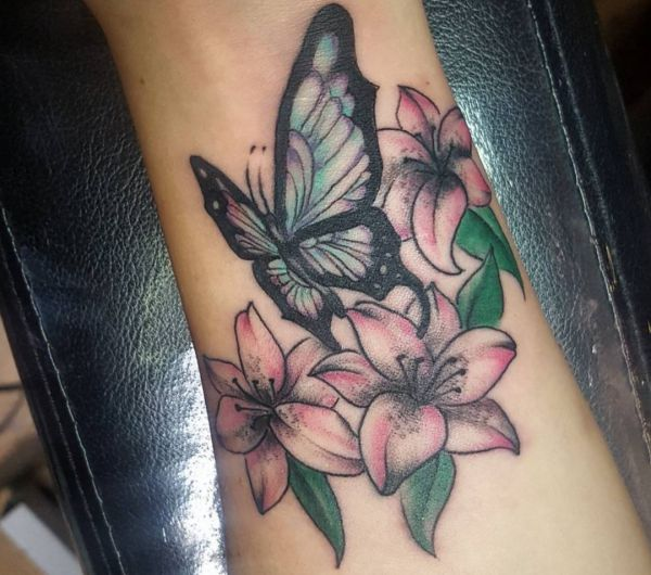 Orchidee Tattoo mit Schmetterling am fuß