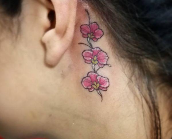 Orchidee Rose Design hinter dem Ohr