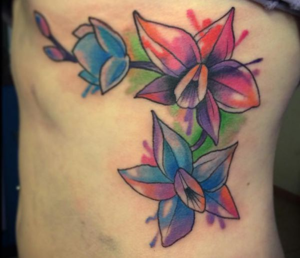 Wasserfarben Orchidee Tattoo Design am Rippenbogen