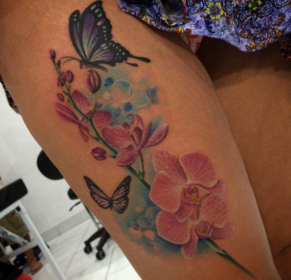 Orchidee mit Schmetterling Tattoo Design am Oberschenkel