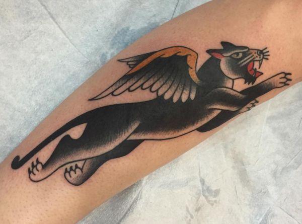 Schwarzer Panther mit Flügeln am Unterschenkel
