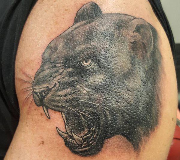 Realistisch Panther Kopf Design am Oberarm