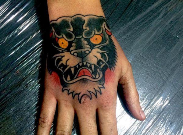 Schwarzer Panther Kopf Design auf Hand