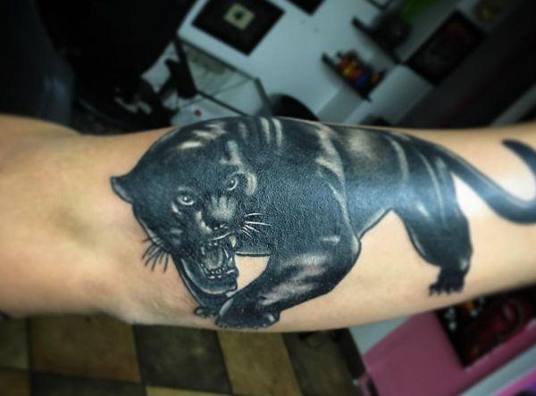 Schwarzer Panther Design am Unterarm