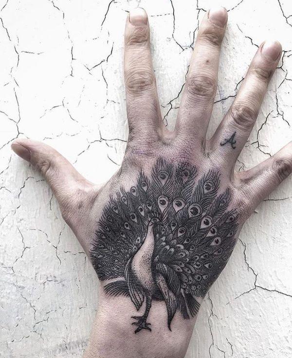 Pfau Schwarz auf Hand