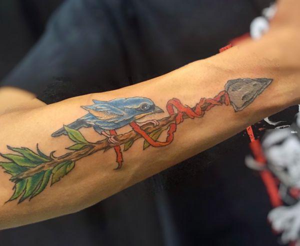 Pfeil Design mit Vogel am Unterarm