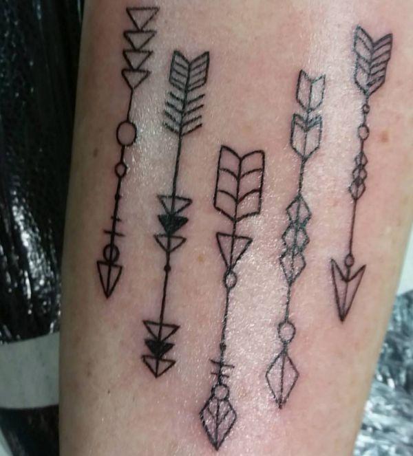 Fünf Pfeile Design auf dem Arm