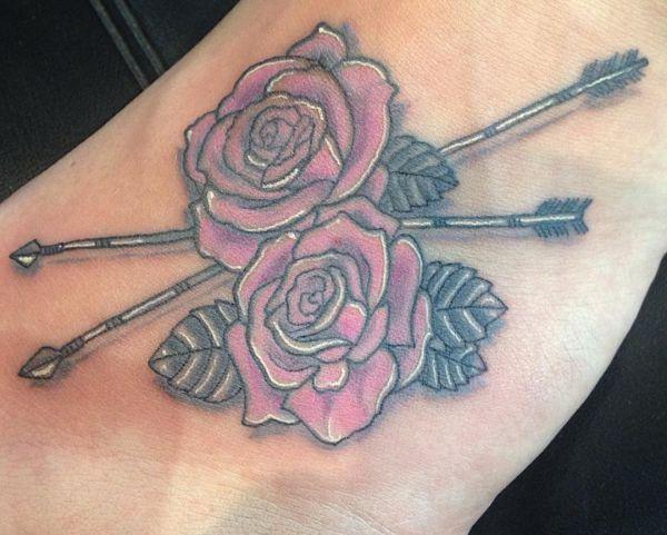 Zwei Pfeil mit Rosen Design