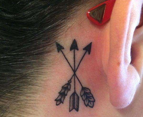 Drei Pfeil Design hinter dem Ohr