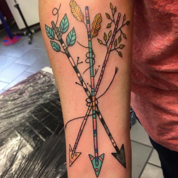 Bunte Bündel von Drei Pfeil Tattoo Design am Unterarm