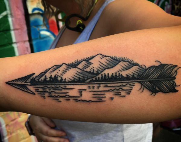Abstract Pfeil Tattoo Design am Unterarm