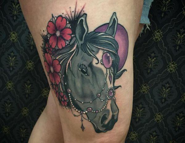 Pferdekopf Design mit Blumen und Schmuck auf der Bein