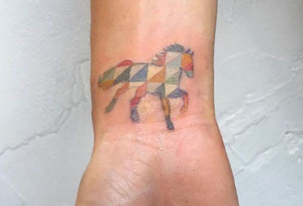Kleiner Geometrisch Pferd Design am Handgelenk