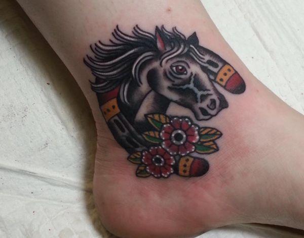 Pferdekopf mit Hufeisen und Blumen Design am Knöchel