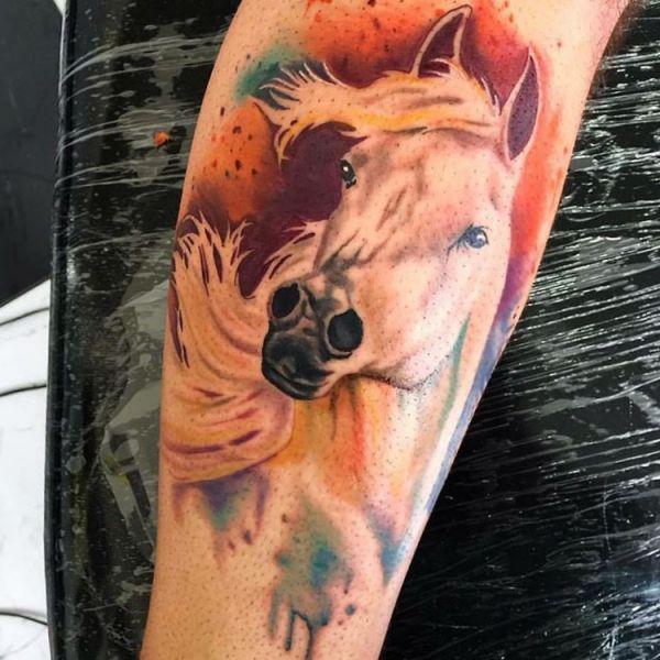 Wasserfarben weiße Pferde Tattoo Design am Unterschenkel
