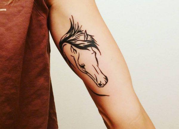 Einfach Pferdekopf Tattoo Design am Oberarm