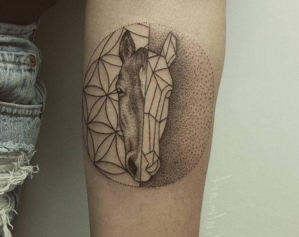 Abstract Pferdekopf Tattoo Design am Unterarm