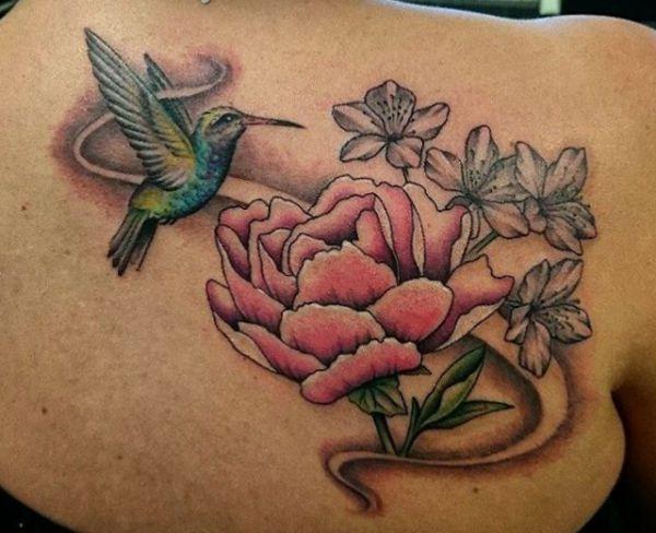 Kolibri und Pfingstrosen Design am Rücken