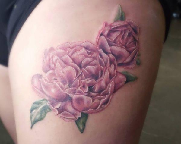 Pfingstrosen Pink Tattoo Design am Oberschenkel