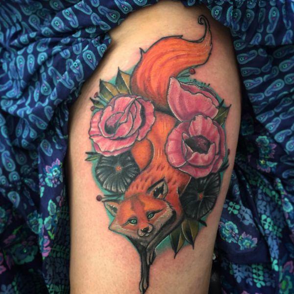 Pfingstrosen und Fuchs Tattoo Design am Oberschenkel