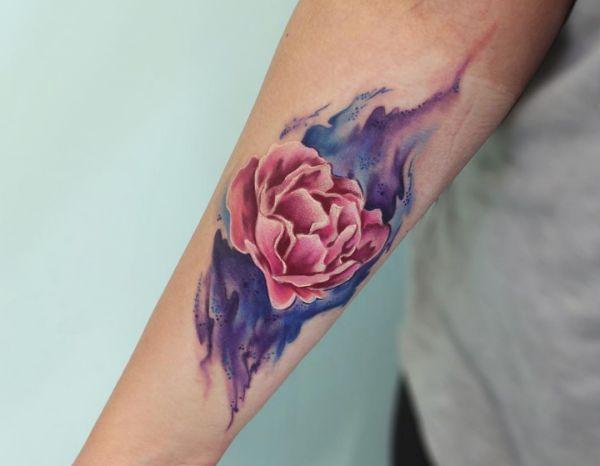 Wasserfarben Pfingstrosen Tattoo Design am Unterarm