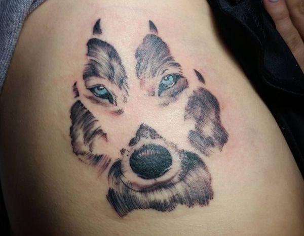 Tattoo Wolfspfote am Rippenbogen