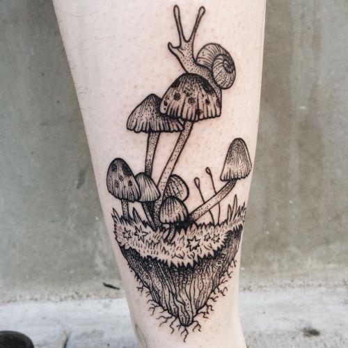 Schnecke mit Pilz Tattoo Design am Unterschenkel