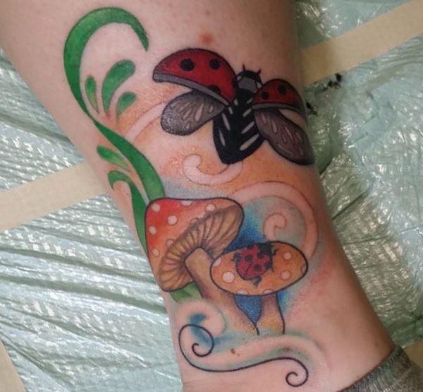 Marienkäfer mit Pilz Tattoo Design am Unterschenkel