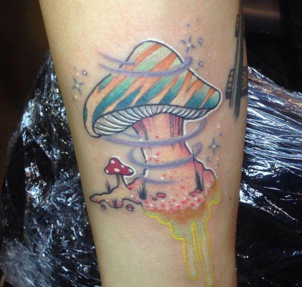 Aquarell Pilz Tattoo Design am Unterschenkel