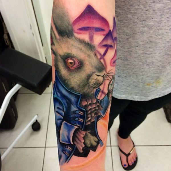 Hase und Pilz Tattoo Design auf dem Arm