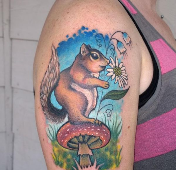 Eichhörnchen und Pilz Tattoo Design am Oberarm