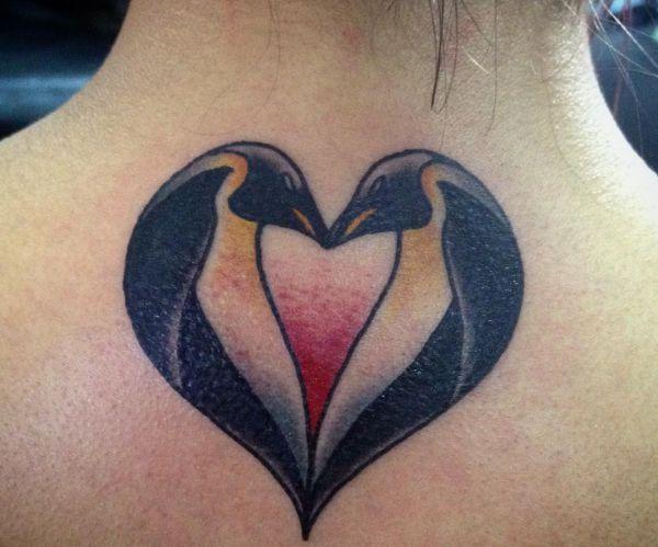 Herz Tattoo Zwei Pinguin Design im Nacken