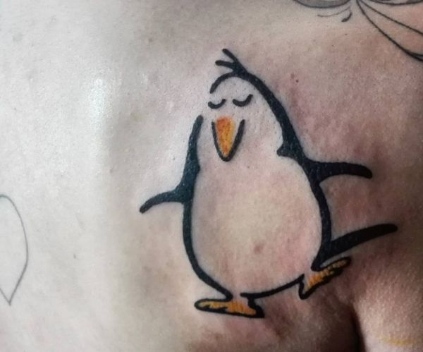 Cartoon Tattoo Pinguin Design am Schulterblatt